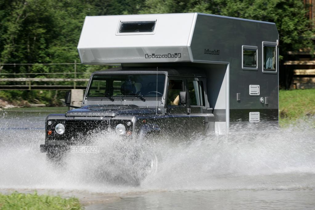Der Land Rover Defender wird mit der Aufsetzkabine von Bimobil zur Allrad-Unterkunft.