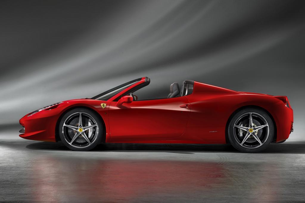 Der Zweisitzer mit dem traditionellen Namen Spider ist bis auf das Dach mit dem Coupé 458 Italia identisch