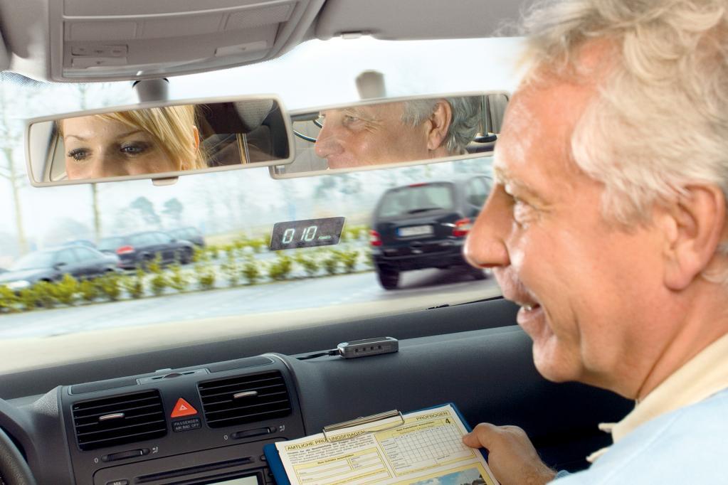 Die Nachrüstgeräte können auch so platziert werden, dass nicht der Fahrer, sondern der Beifahrer die Projektion im Blick hat.