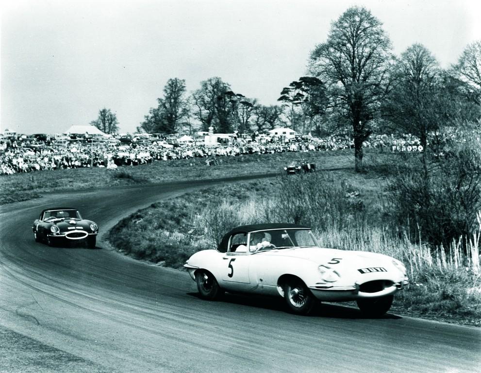 Erster Renneinsatz des Jaguar E: Roy Salvadori und Graham Hill im Oulton Park im Jahr 1961.