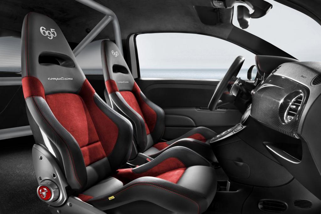 Innen gibt es Schalensitze, die mit schwarzem Leder und roten Alcantara bezogen sind.