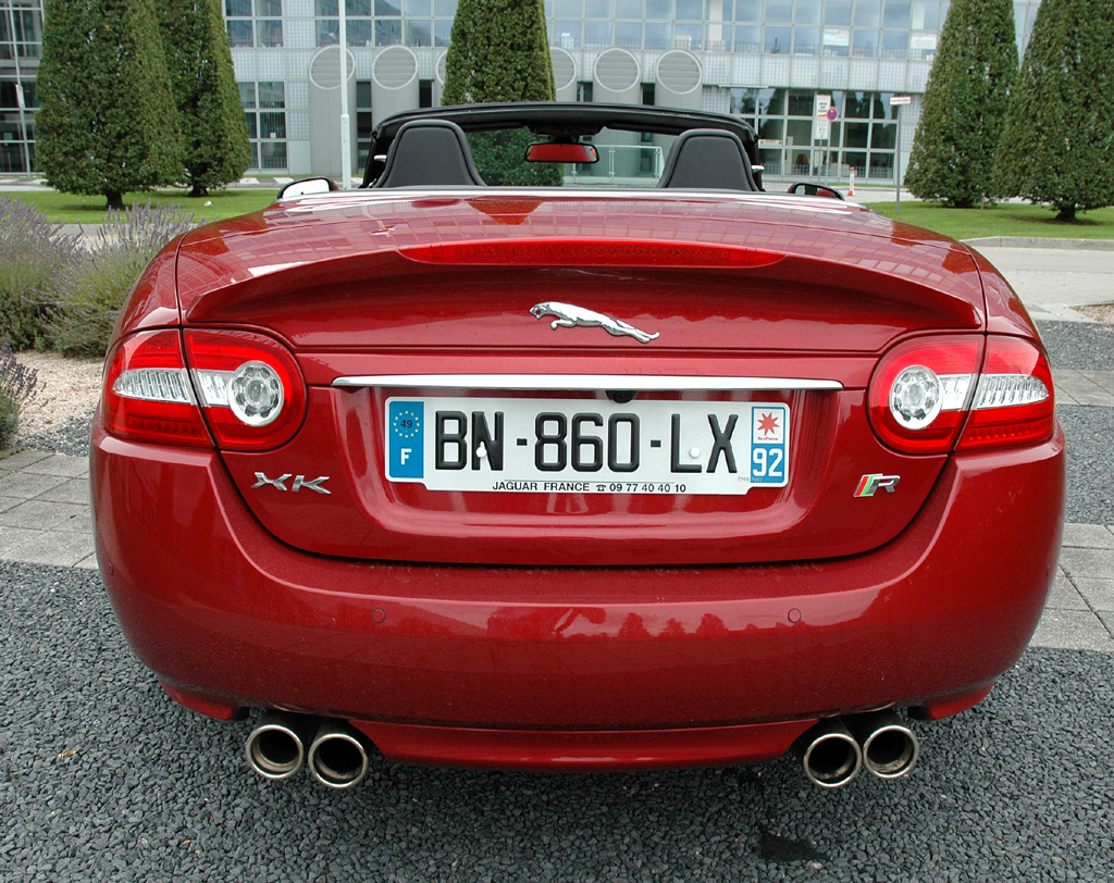 Jaguar XKR Cabrio: Blick auf das Heck mit dem Raubkatzen-