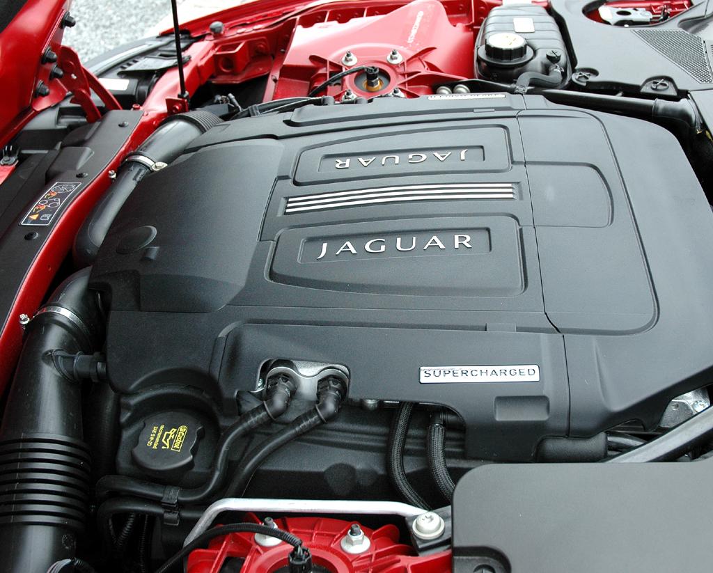 Jaguar XKR Cabrio: Blick auf den 5,0-Liter-Kompressor-Achtzylinder mit 510 PS.