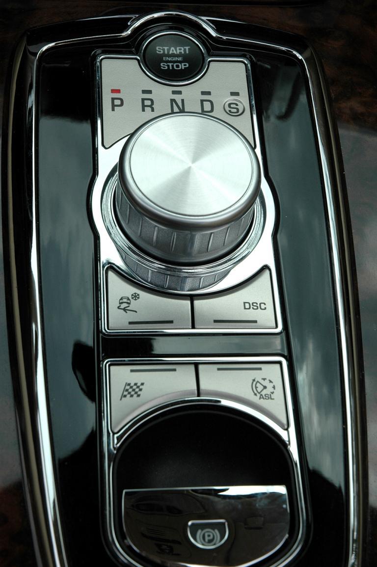Jaguar XKR Cabrio: Blick auf den Getriebe-Drehregler auf dem Mitteltunnel.