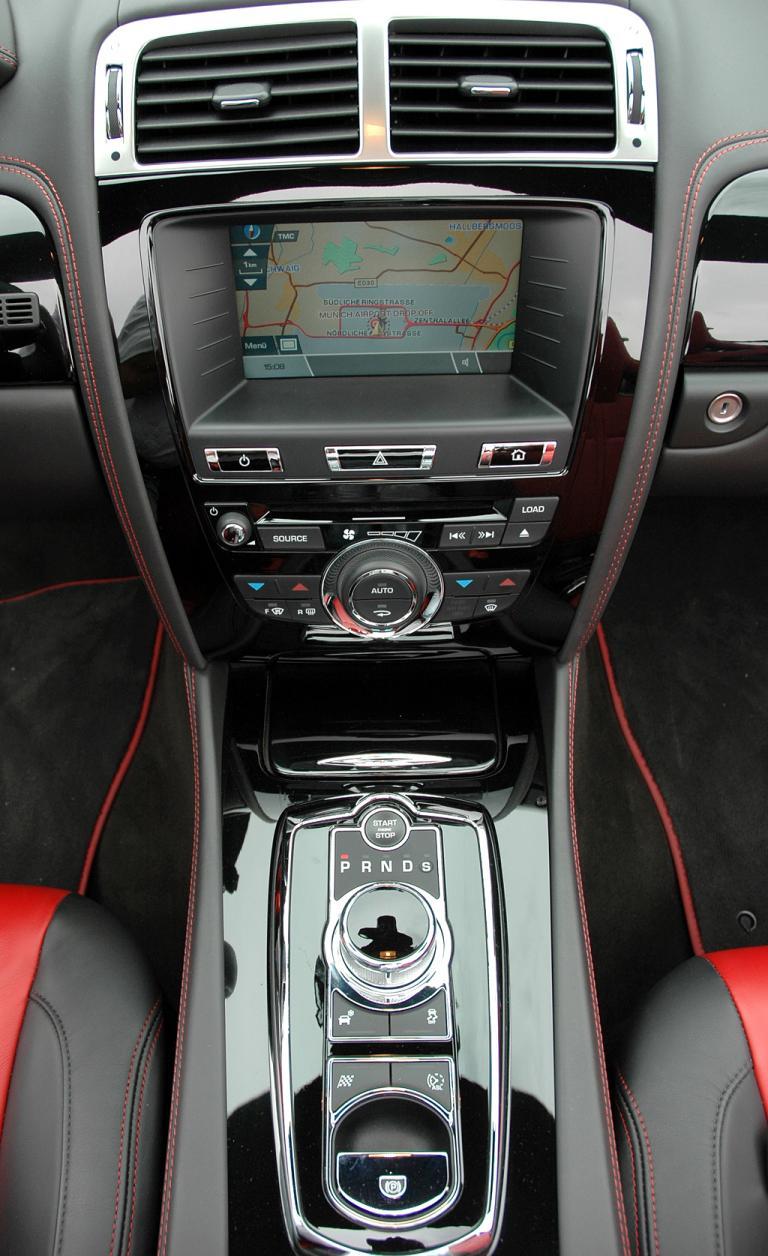 Jaguar XKR Cabrio: Blick auf den mittleren Armaturenträger mit Getriebedrehregler.
