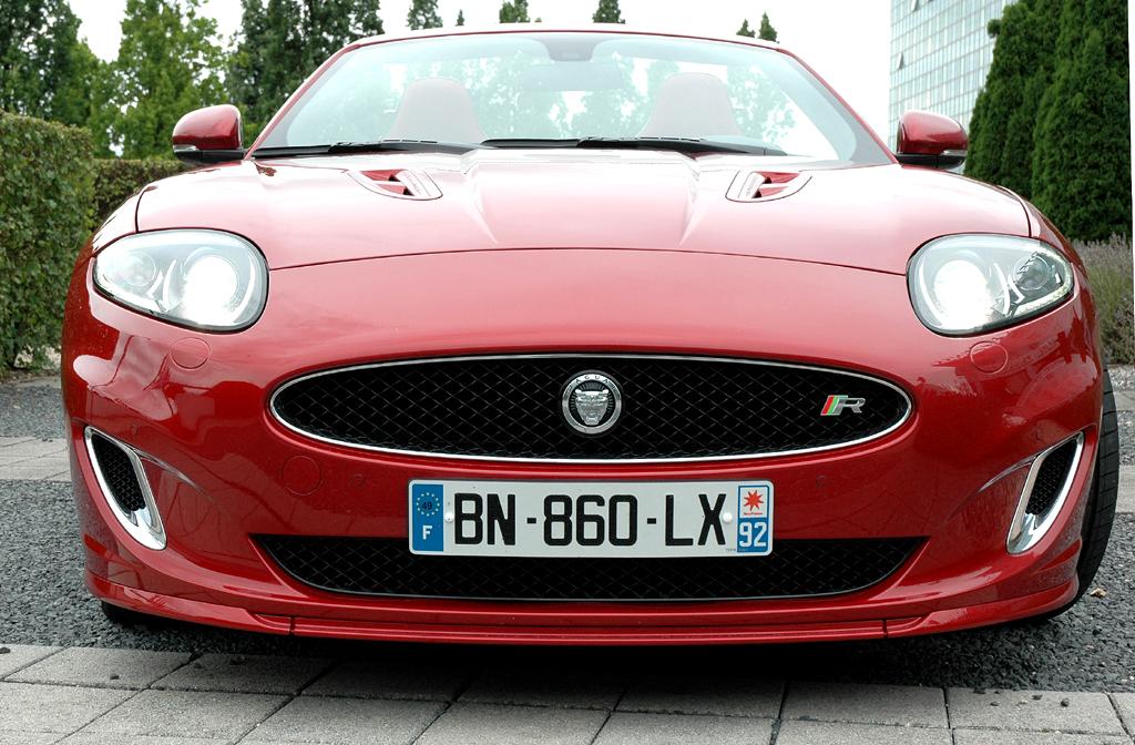 Jaguar XKR Cabrio: Blick auf die Front, an der es leichte Veränderungen gegeben hat.