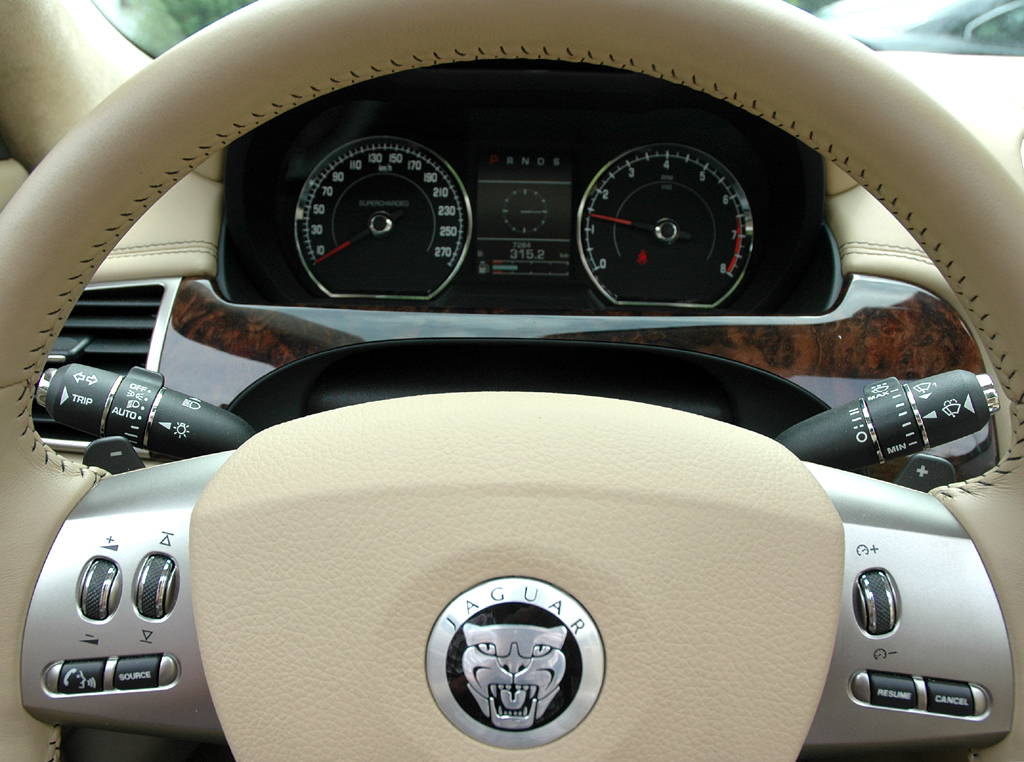 Jaguar XKR Cabrio: Blick durch den Lenkradkranz auf die Rundinstrumentierung.