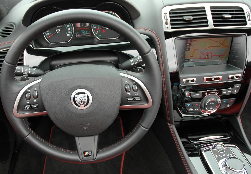 Jaguar XKR Cabrio: Blick ins genauso sportlich-funktionelle wie noble Cockpit.