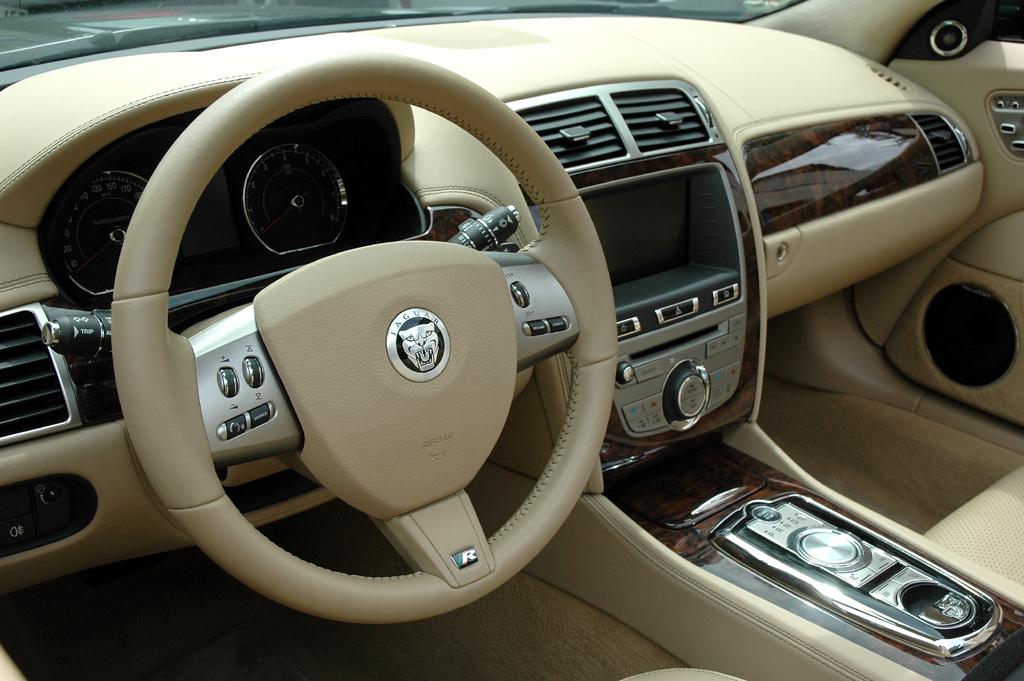 Jaguar XKR Cabrio: Blick ins noble Cockpit.