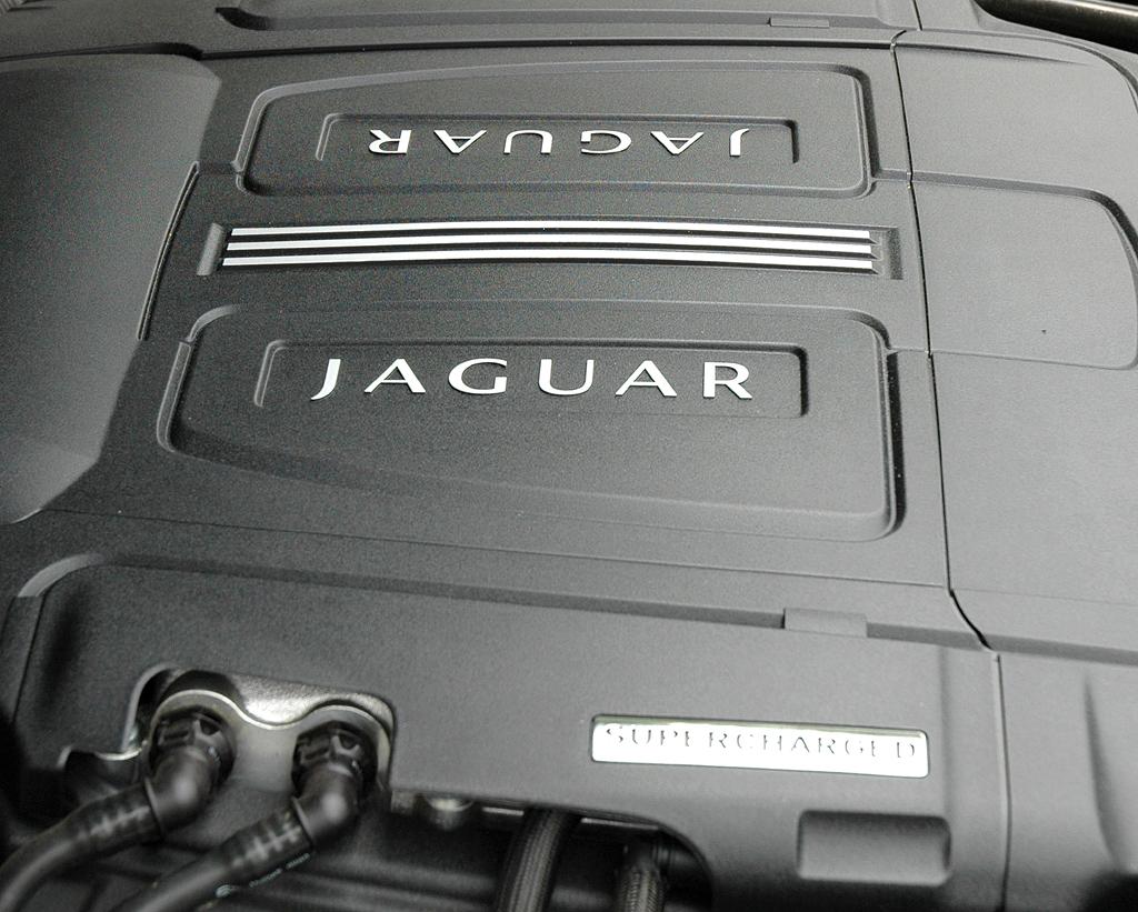 Jaguar XKR Cabrio: Blick unter die Haube auf den 5,0-Liter-Benzindirekteinspritzer.