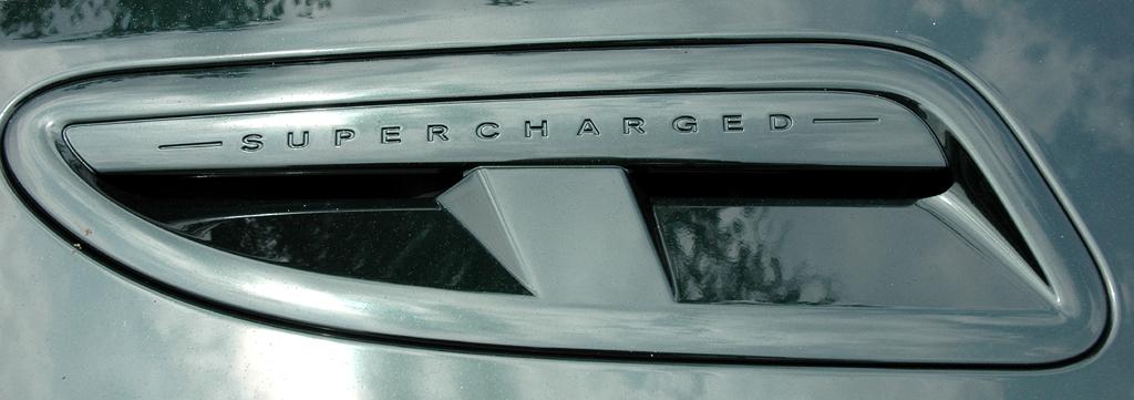 Jaguar XKR Cabrio: Das Supercharged steht für die Aufladung.