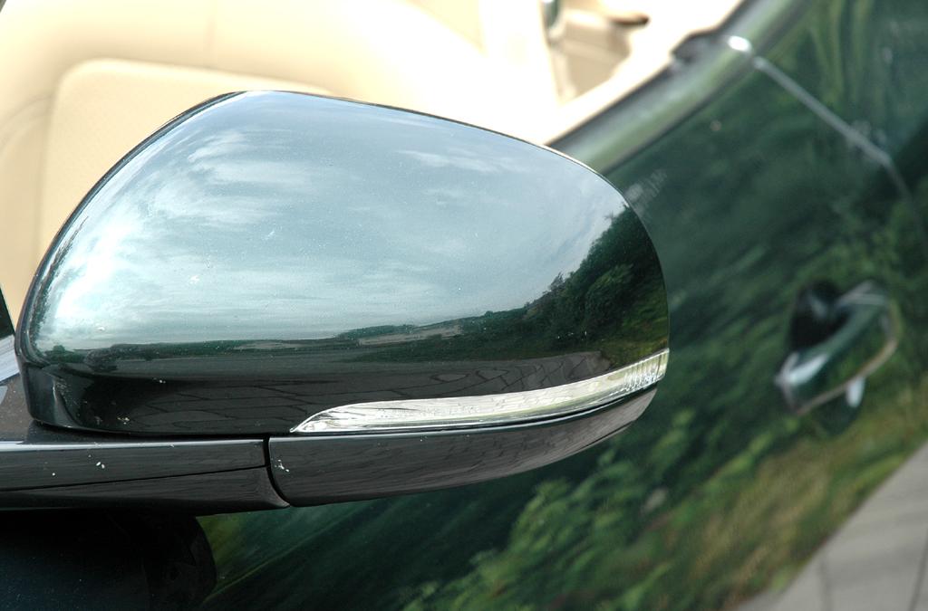 Jaguar XKR Cabrio: In die Außenspiegel sind Blinkleisten integriert.