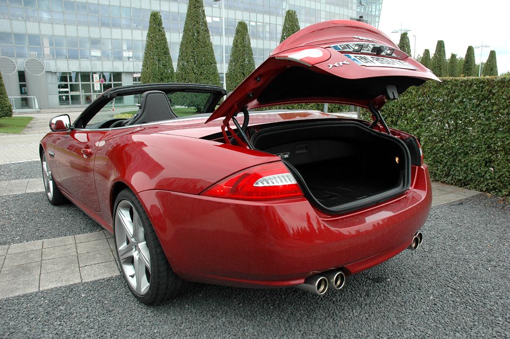 Jaguar XKR Cabrio: Ins Cabrio-Gepäckabteil passen 313, in den des Coupés 330 Liter hinein.