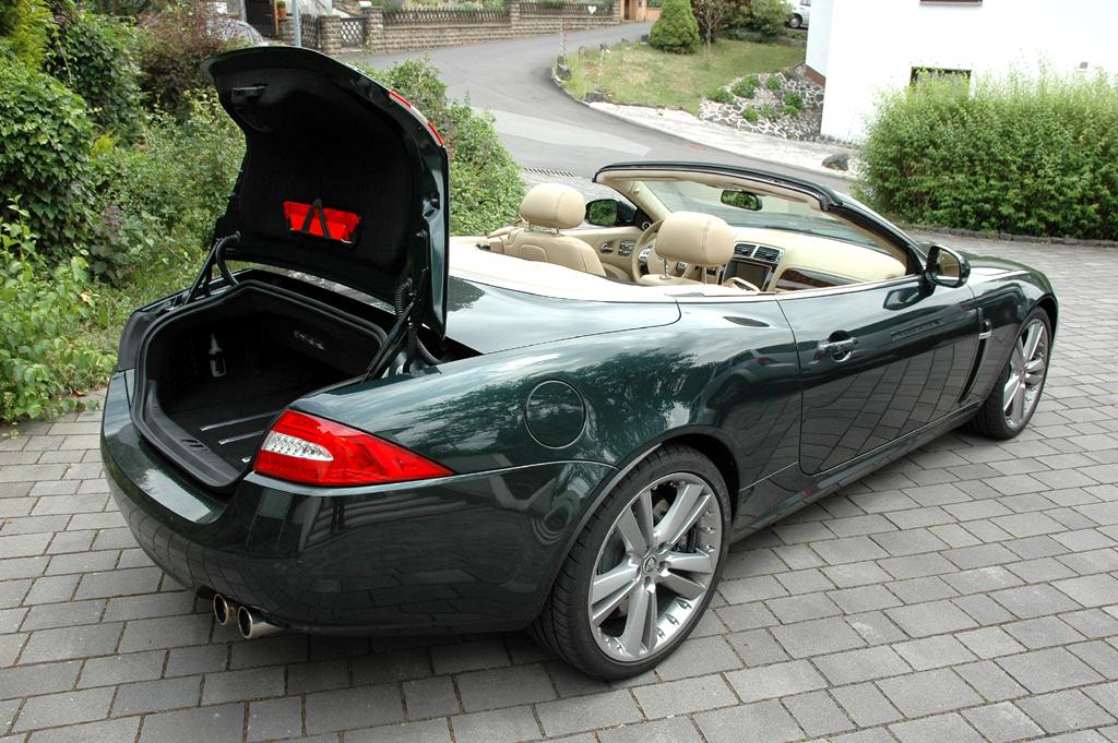 Jaguar XKR Cabrio: Ins Gepäckabteil passen offen nur 200, geschlossen 313 Liter hinein.