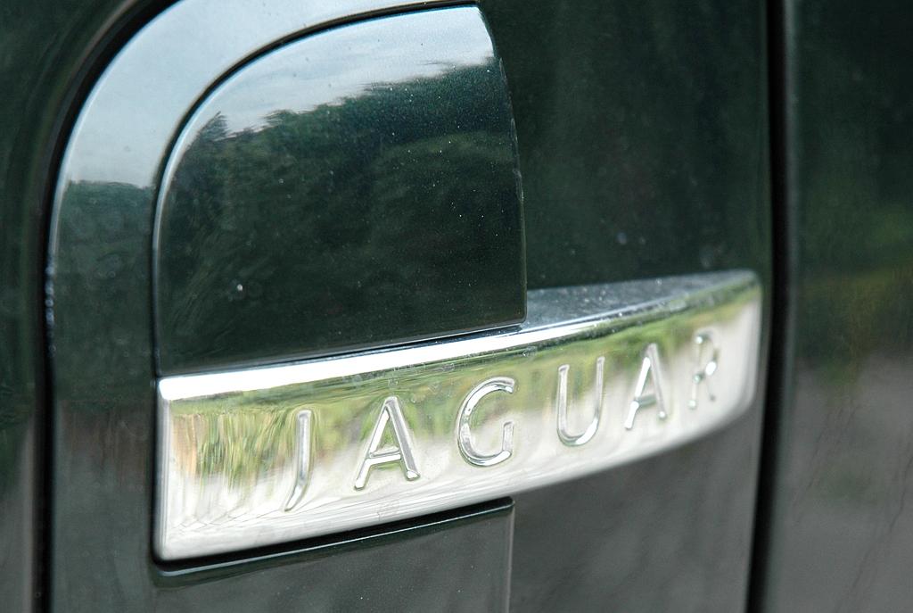 Jaguar XKR Cabrio: Markenschriftzug auf der Seite.