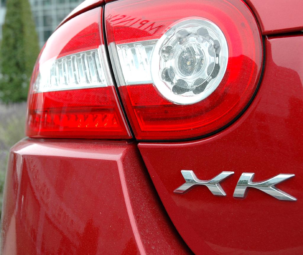Jaguar XKR Cabrio: Moderne Leuchteinheit hinten mit Baureihen-Schriftzug.