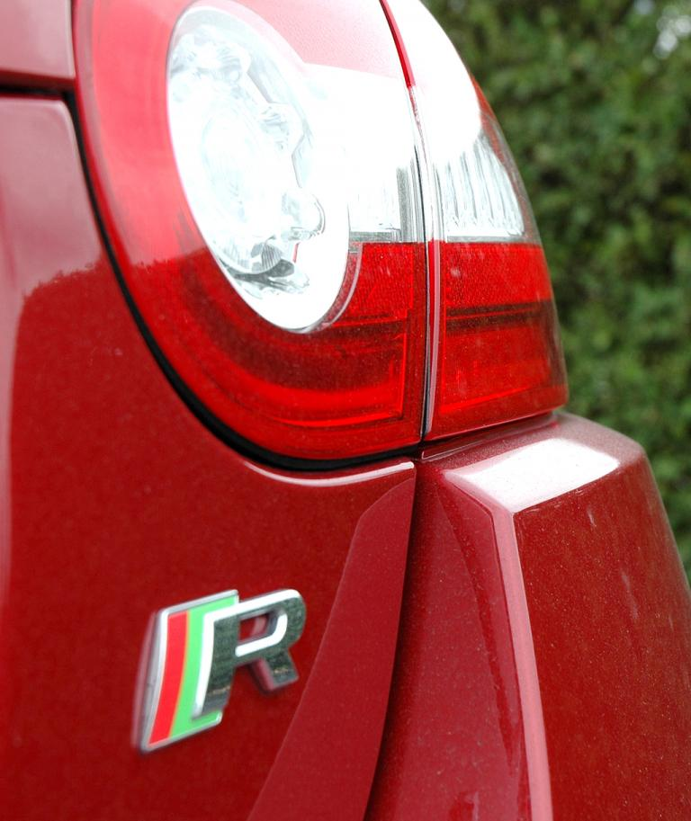 Jaguar XKR Cabrio: Moderne Leuchteinheit hinten mit Hinweis auf die stärkere (R-)Variante.