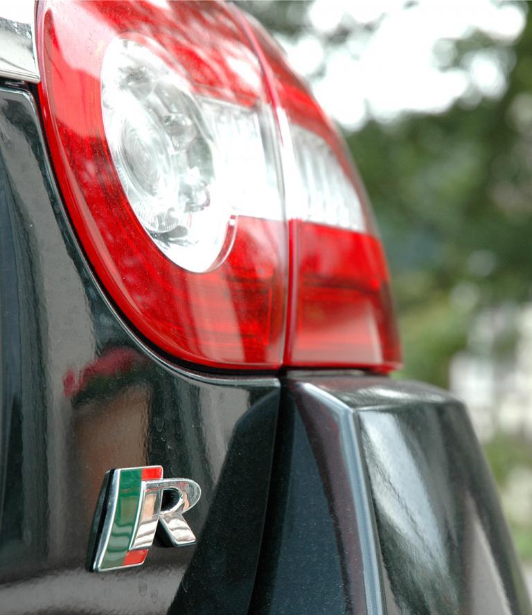 Jaguar XKR Cabrio: Moderne Leuchteinheit hinten mit Kennzeichnung der stärkeren Variante.