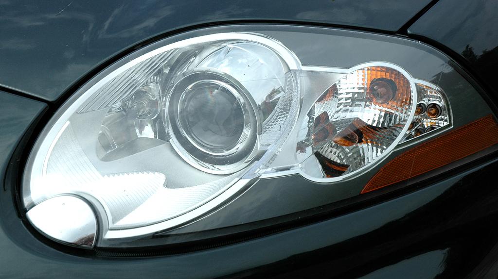 Jaguar XKR Cabrio: Moderne Leuchteinheit vorn.