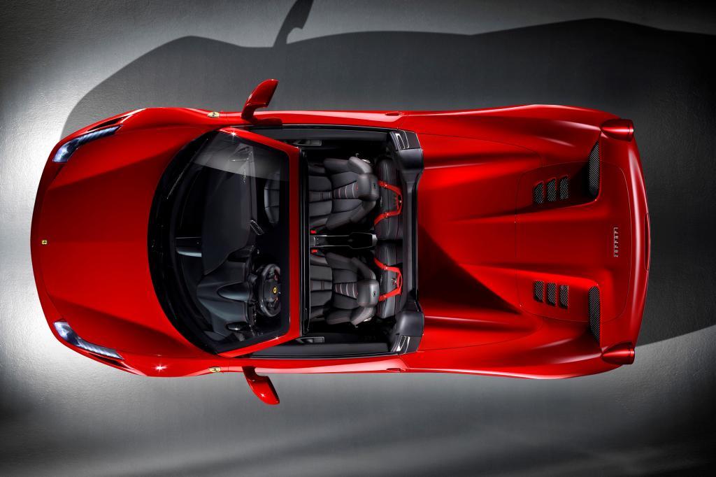 Laut Ferrari ist der Aludeckel 25 Kilogramm leichter als eine vergleichbare Textilmütze