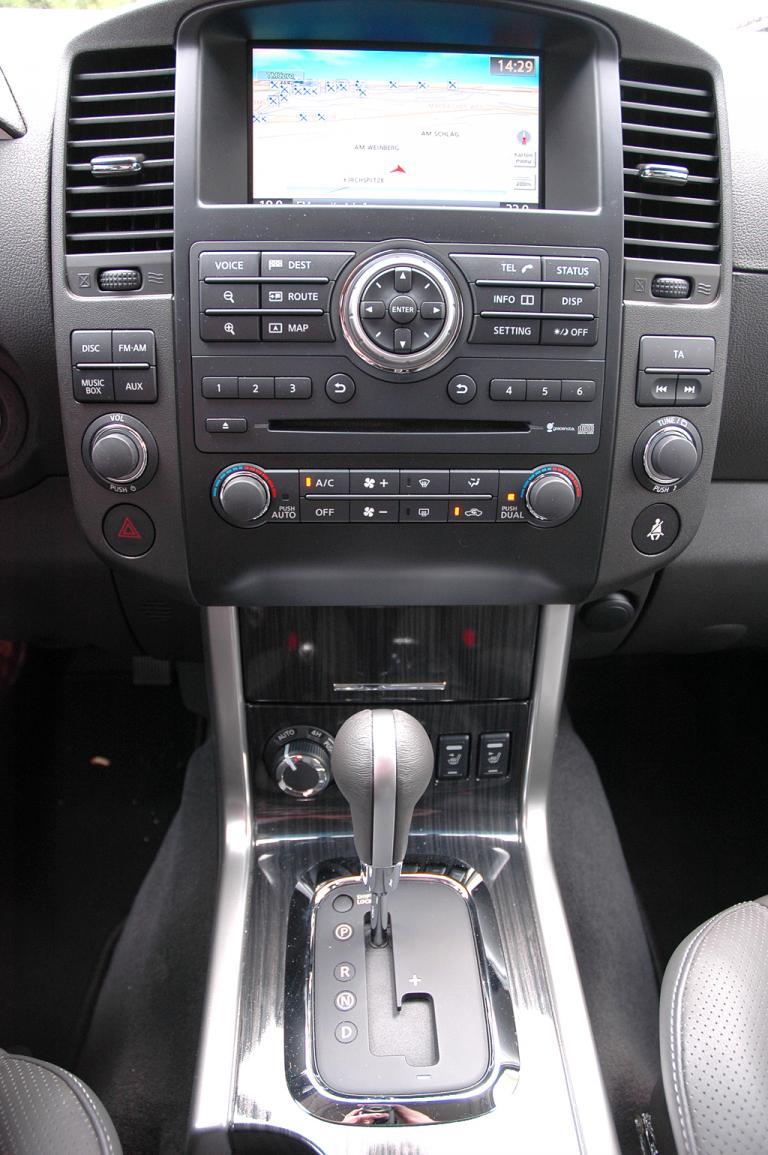 Nissan Pathfinder: Blick auf den mittleren Armaturenträger.