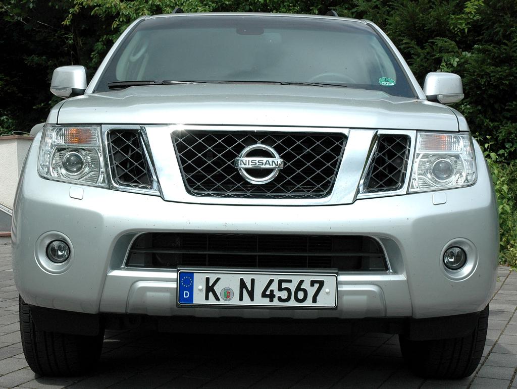 Nissan Pathfinder: Blick auf die bullige Frontpartie des SUV.
