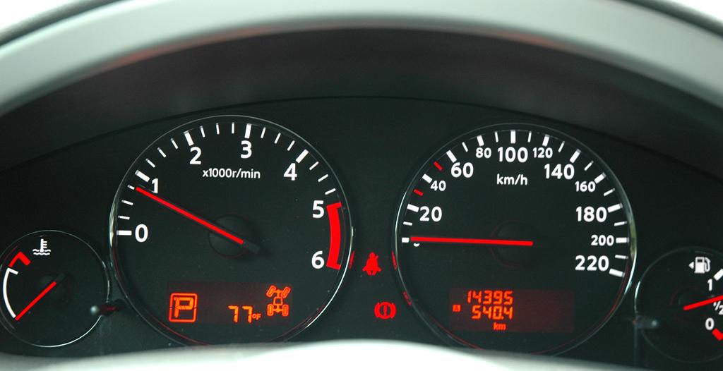 Nissan Pathfinder: Blick durch den Lenkradkranz auf die Rundinstrumentierung.