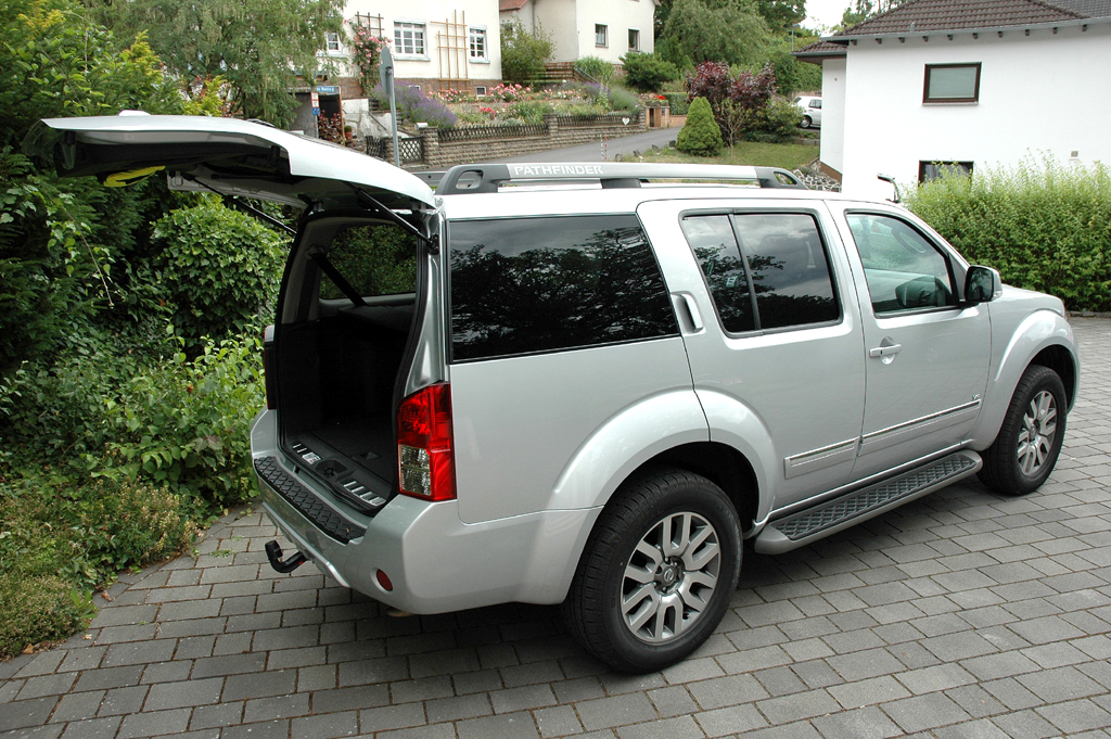 Nissan Pathfinder: Ins Gepäckabteil mit der niedrigen Ladekante passen 190 bis 2091 Liter.