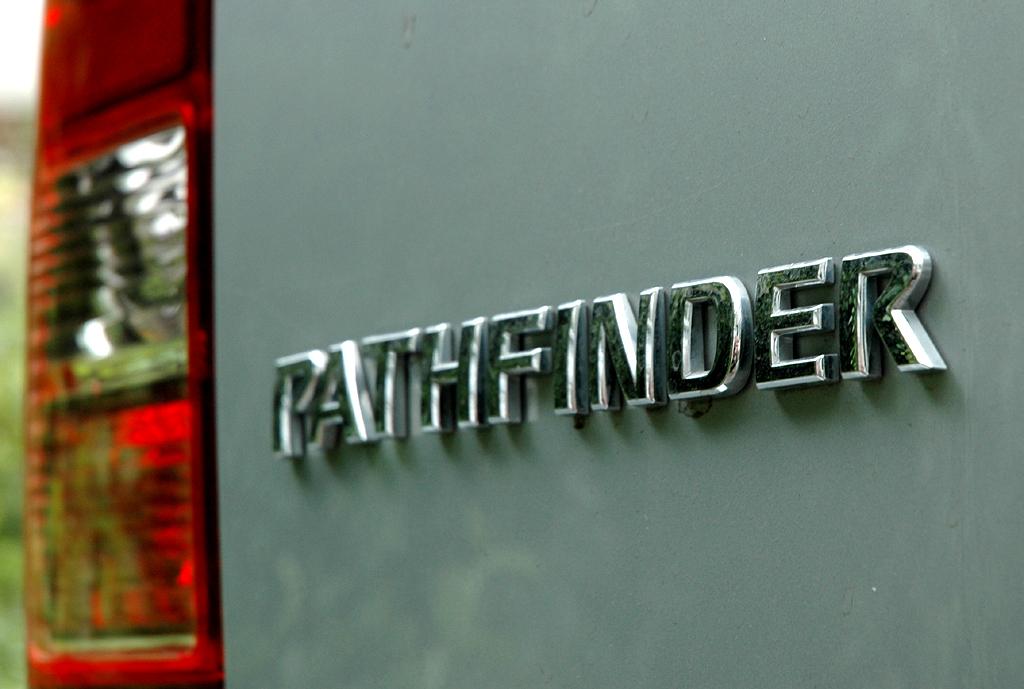 Nissan Pathfinder: Leuchteinheit hinten mit Modellschriftzug.