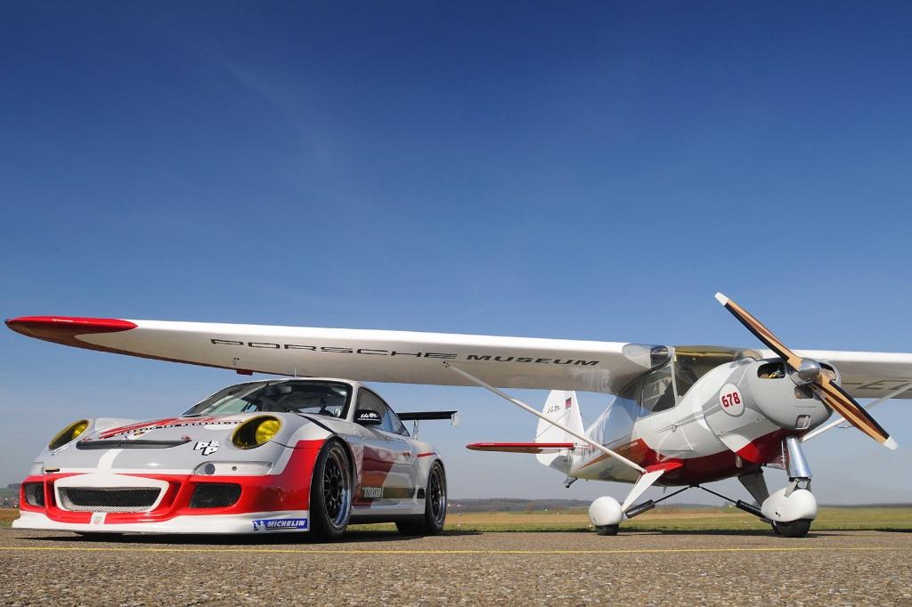 Passen nicht nur optisch gut zusammen: der Porsche GT3 Cup und das Flugzeug