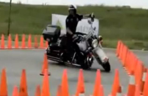 Polizist zeigt Fähigkeiten auf Motorrad