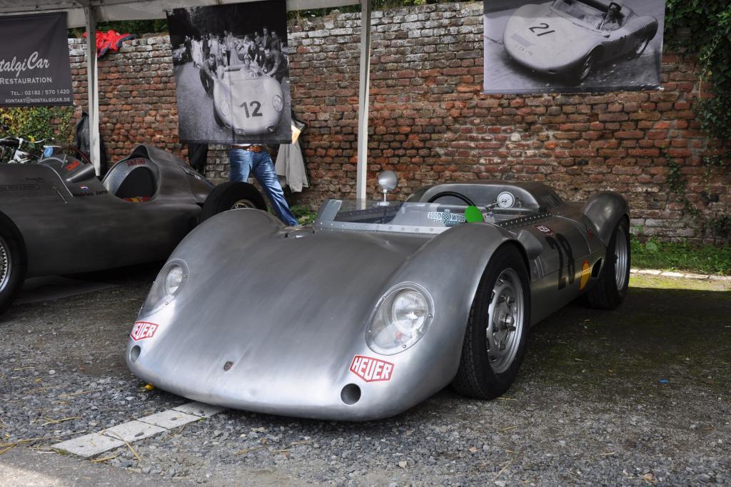Porsche Rennwagen im historischen Fahrerlager