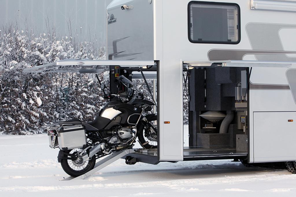 Praktisch: Im Heck findet ein Motorrad Platz