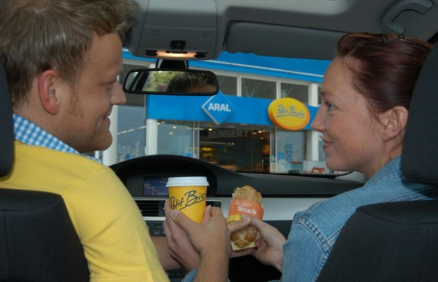 Ratgeber: Richtig essen und trinken im Auto - Es geht auch gesund