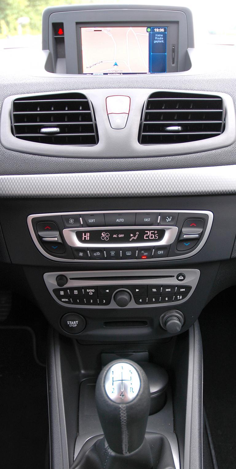 Renault Fluence: Blick auf den mittleren Armaturenträger.