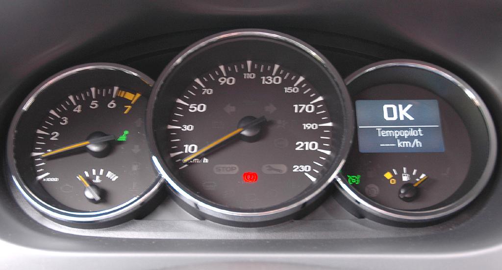 Renault Fluence: Blick durch den Lenkradkranz auf die Rundinstrumentierung.