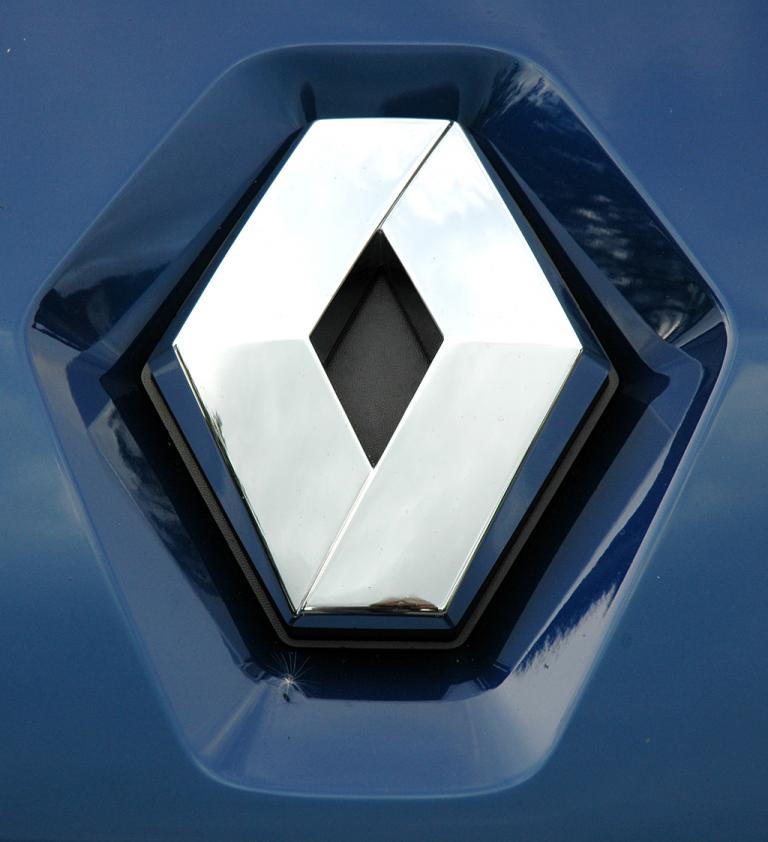 Renault Fluence: Das Markenlogo sitzt über der schmalen Leiste des Kühlergrills.