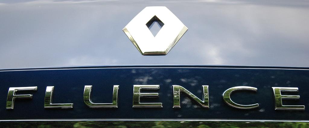 Renault Fluence: Markenschriftzug und -logo auf dem Kofferraumdeckel.
