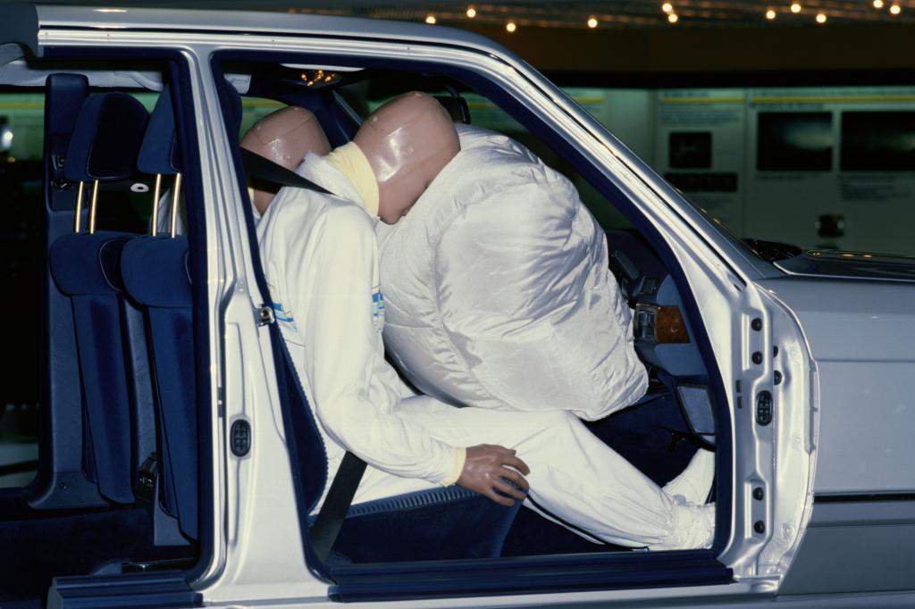 Richtige Sitzposition im Auto - Airbag-Gefahr für lümmelnden Beifahrer