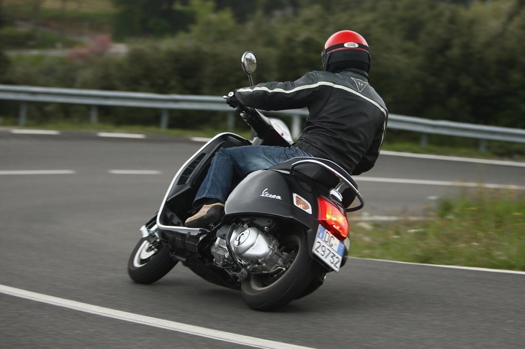Schon seit 1948 bauen die Italiener die kleinen Zweiräder mit dem praktischen Beinschild und den weiblichen Rundungen