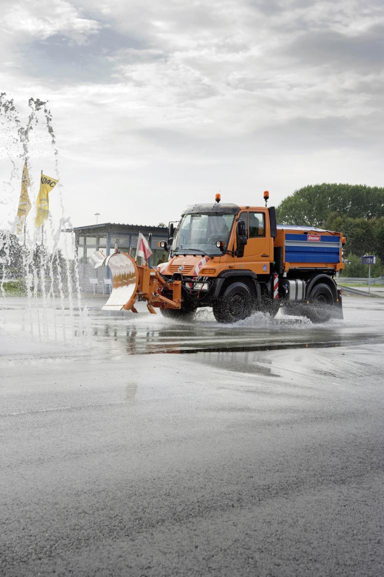 Selbst bei nasser Fahrbahn bleibt das Universal-Motor-Gerät gut beherrschbar.