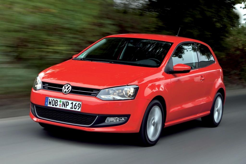 Sexy Typ im roten Blechkleid: der VW Polo ist beim Neuwagenkauf im Internet das beliebteste Frauenauto.
