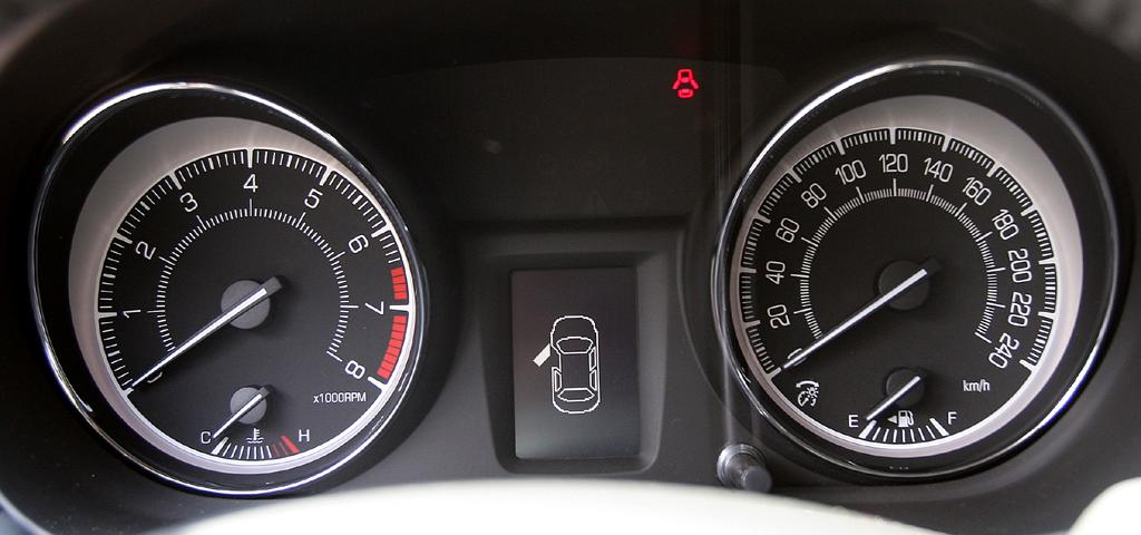 Suzuki Kizashi: Blick durch den Lenkradkranz auf die Rundinstrumentierung.