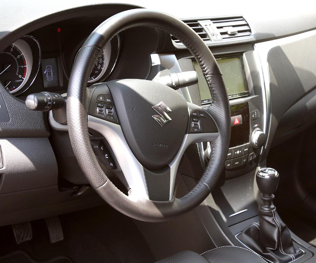 Suzuki Kizashi: Blick ins recht übersichtlich gestaltete Cockpit.