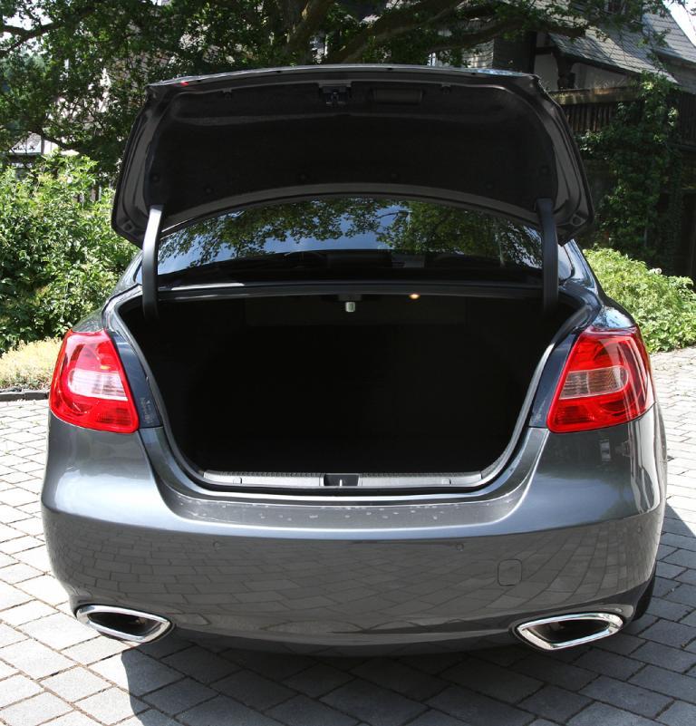 Suzuki Kizashi: Ins Gepäckabteil passen mindestens rund 460 Liter hinein.