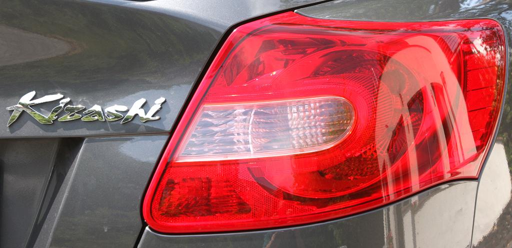 Suzuki Kizashi: Moderne Leuchteinheit hinten mit Modellschriftzug.