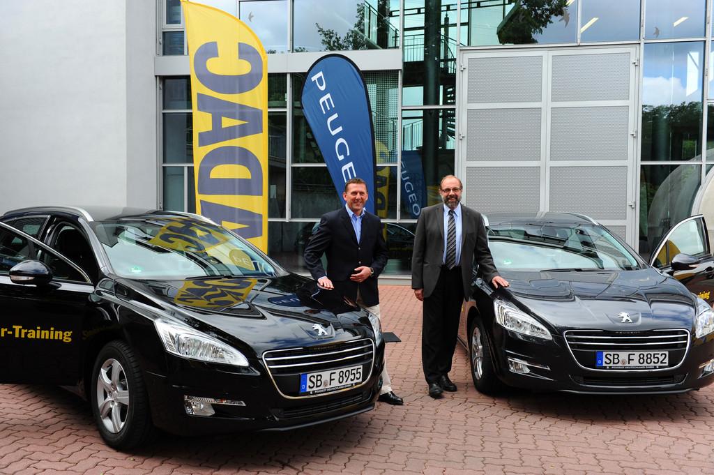 Thomas Bauch (liks), Geschäftsführer von Peugeot Deutschland, übergab die Peugeot 508 und 508 SW THP 155 in Gründau an den ADAC-Vizepräsidenten Verkehr, Ulrich Klaus Becker.