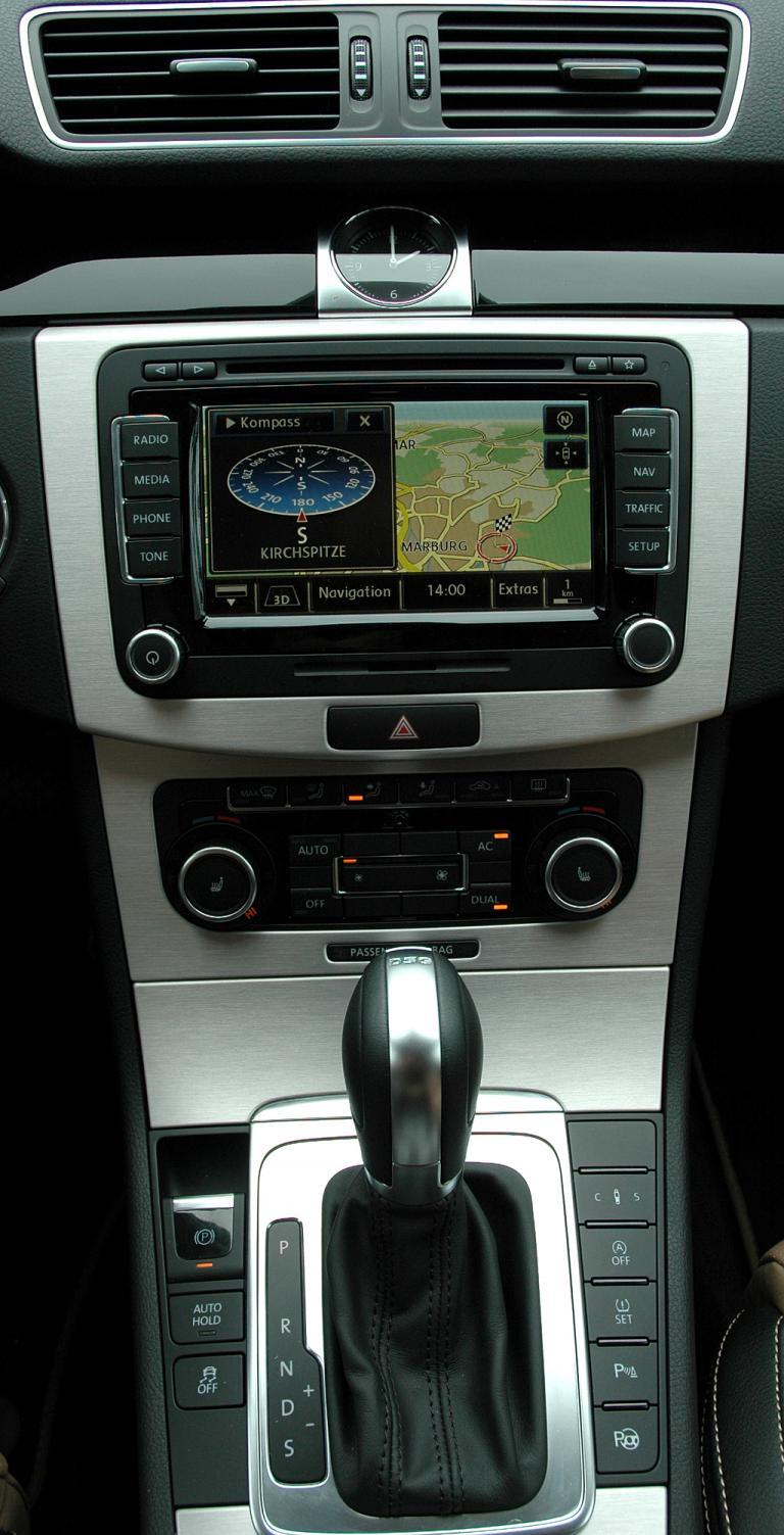 VW Passat CC: Blick auf den mittleren Armaturenträger.