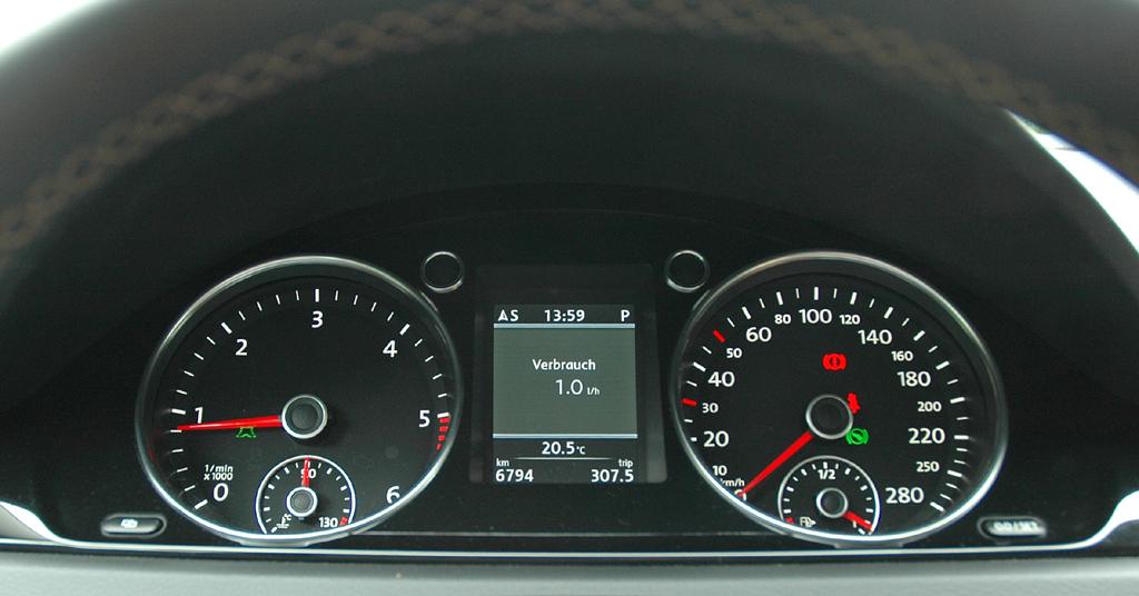 VW Passat CC: Blick durch den Lenkradkranz auf die Rundinstrumentierung.