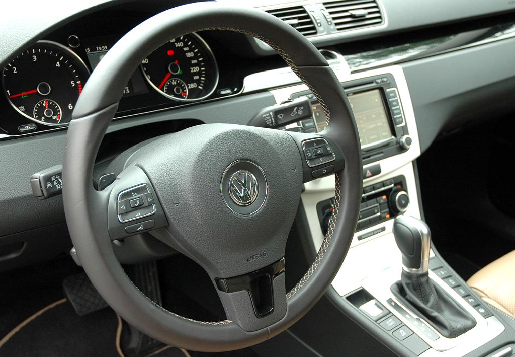 VW Passat CC: Blick ins funktionell-übersichtlich gestaltete Cockpit.